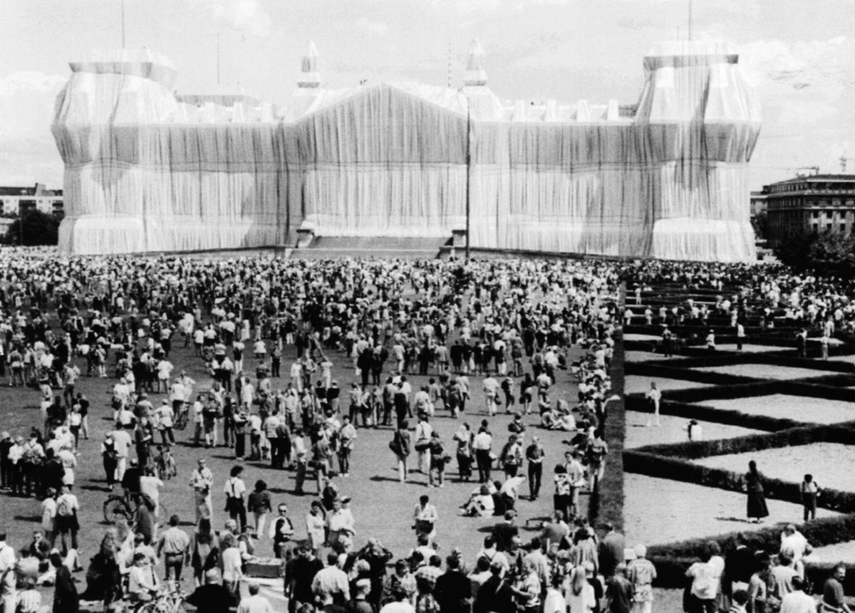 1995 strömten die Menschen auf den Platz vor dem heutigen Parlamentssitz der Bundesrepublik.