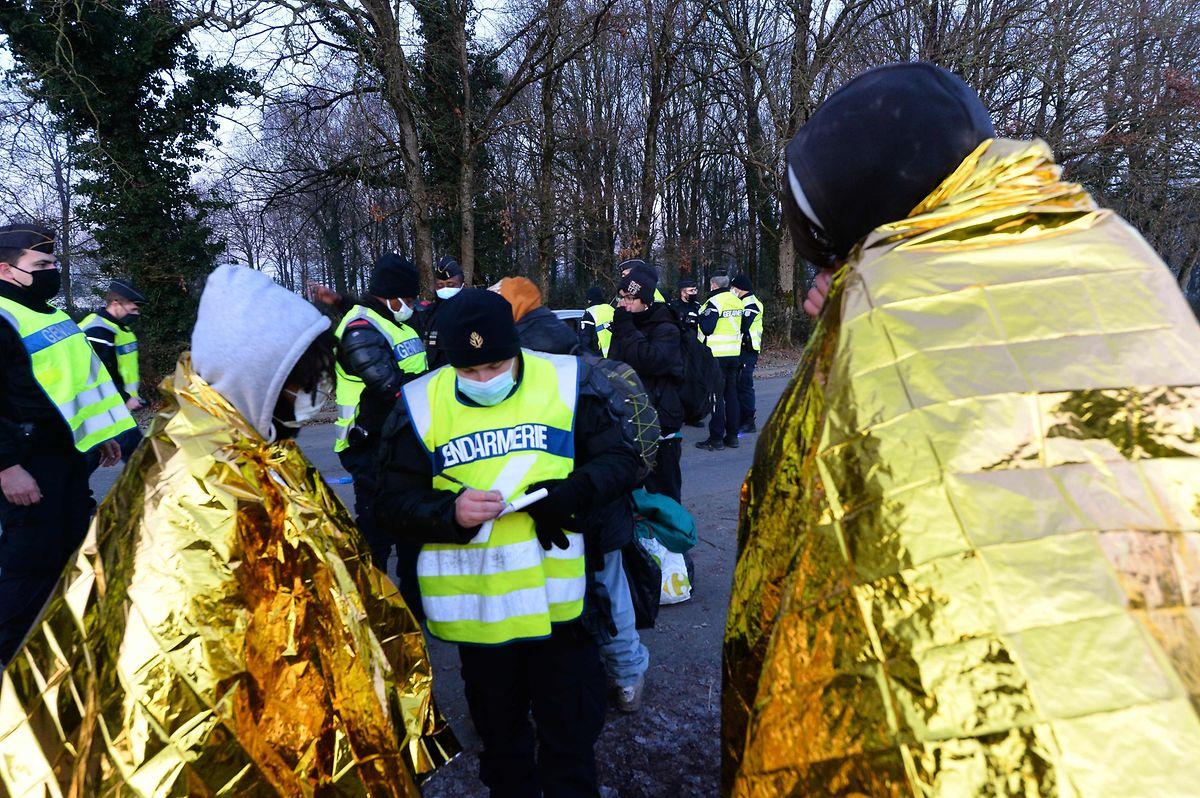 in Polizist notiert die Personalien von Jugendlichen nach dem Abbruch der Party.