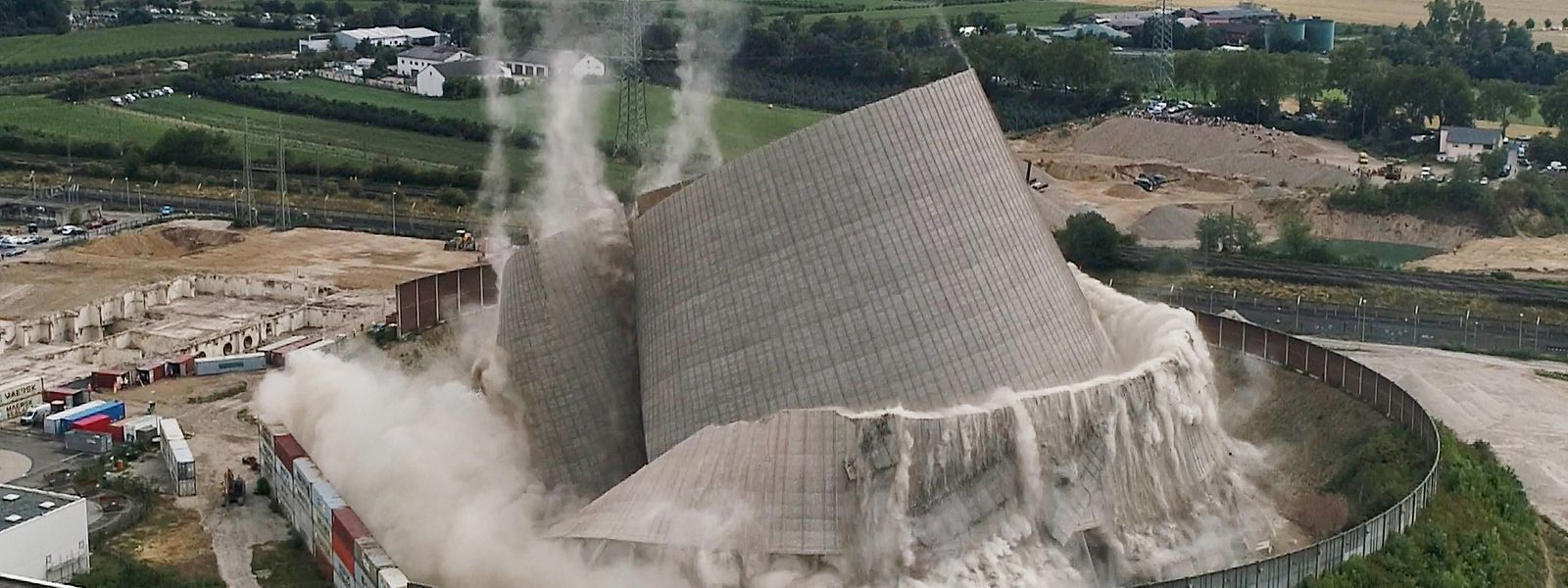 Im Sommer 2019 wurde der Kühlturm des Kernkraftwerks Mülheim-Kärlich zum Einsturz gebracht. Der Meiler war nur 13 Monate in Betrieb gewesen und versinnbildlicht die Krise der Atomenergie in Deutschland.