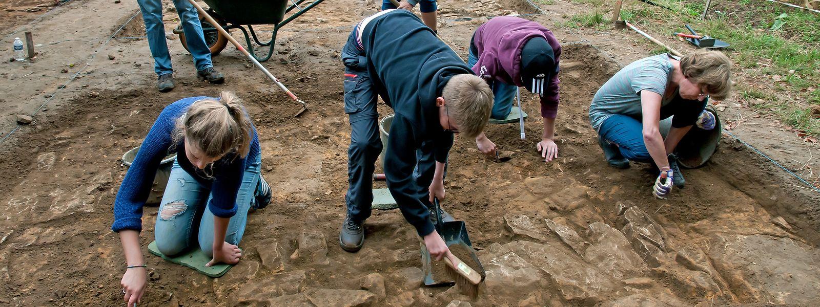 Eine Gruppe von Niederländern hilft bei den Ausgrabungen an der römischen Villa im Miecher Wald.