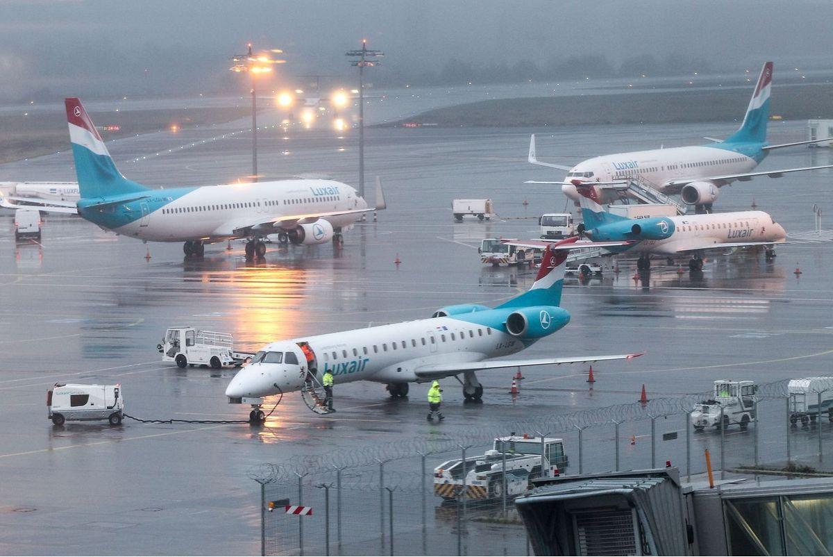 Die Embraer ERJ-145 (vorne im Bild) wird Ende Oktober bei der Luxair ausgemustert.