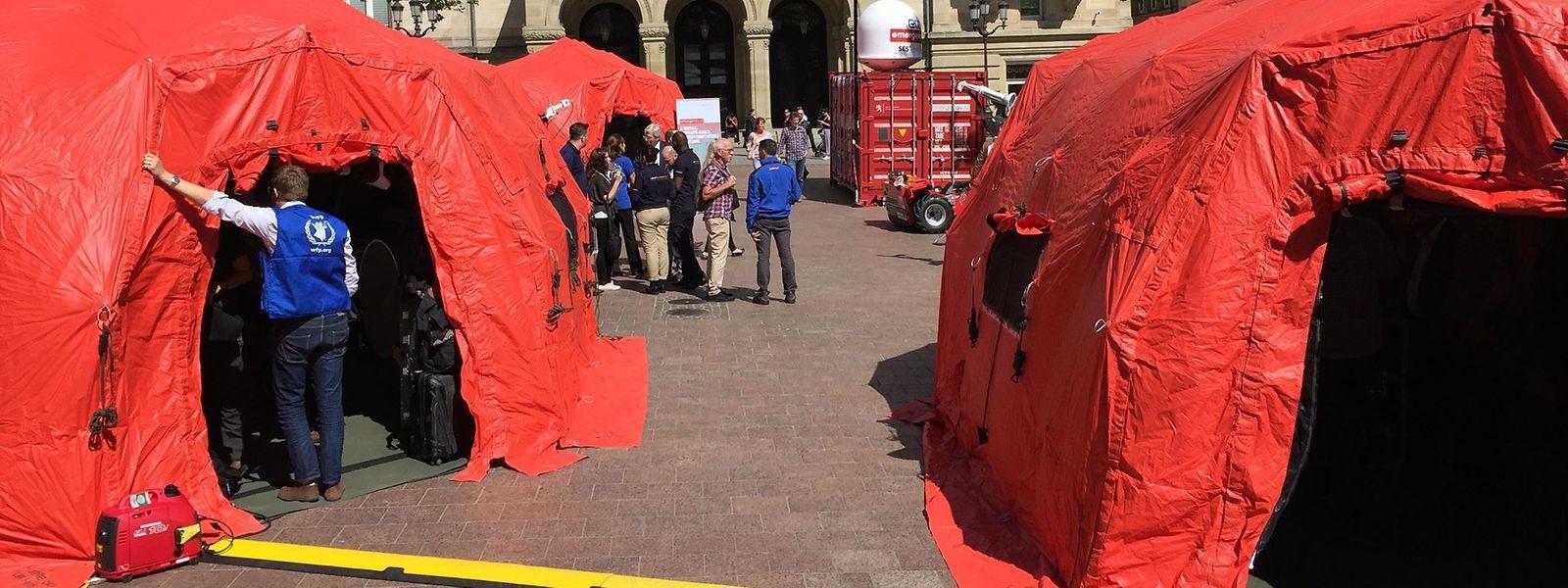 Les bénévoles de la plateforme emergency.lu ont monté leurs tentes et installé leur matériel sur la place d'Armes.