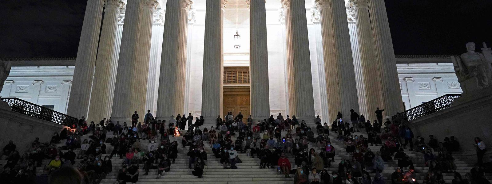 Nach dem Tod von Ruth Bader Ginsburg versammelten sich Demonstranten zu einer Mahnwache vor dem Supreme Court. Die Nachfolgedebatte spaltet das Land.