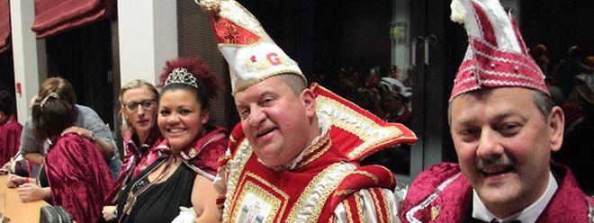 Die Petinger Kavalkade findet am 26. März statt. Bis dahin will Prinz Semin (2.v.r.) noch viele Orden verteilen und Naschwerk unter sein Volk bringen.