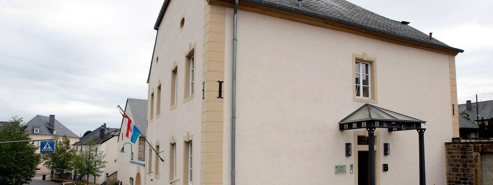 Das ehemalige Pfarrhaus ist heute Sitz der Gemeinde Heffingen. Zweimal wurde das Gebäude durch eine Feuersbrunst zerstört und wieder aufgebaut.