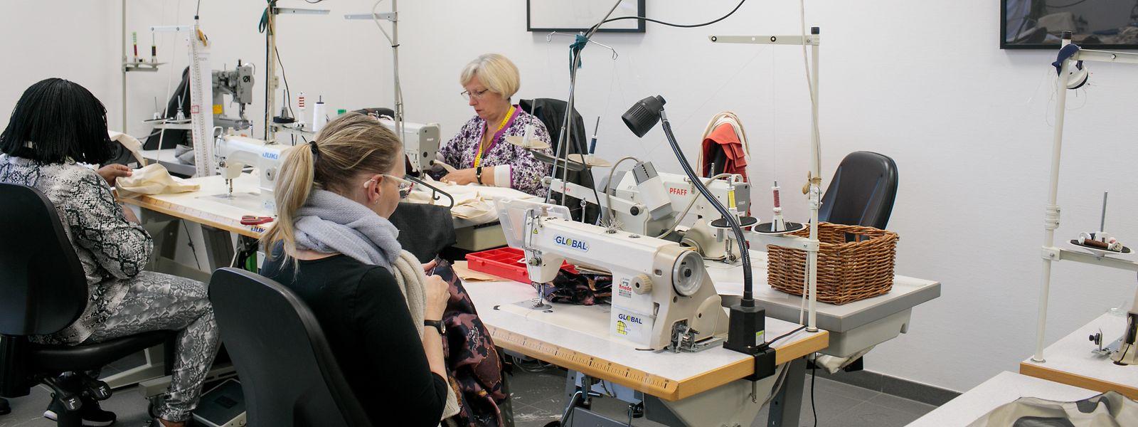 Im Nähatelier der Vereinigung ATP in der Industriezone in Kehlen stellen die Mitarbeiterinnen Kleidung nach Maß her.