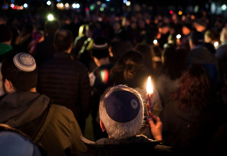 Trauernde vor der Synagoge am Abend nach dem Attentat.