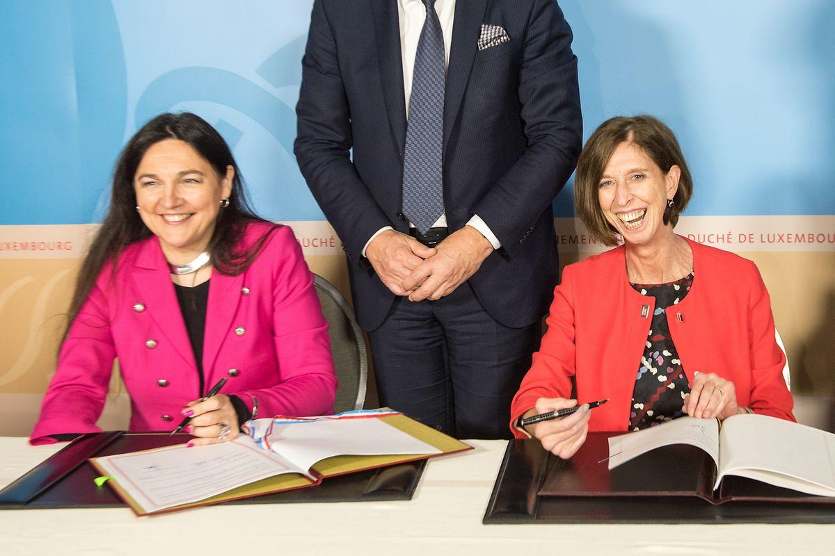 Signature de l'accord par Marie-Christine Marghem, ministre de l'Energie, de l'Environnement et du Développement durable, et Lydia Mutsch, ministre de la Santé, ministre de l'Egalité des chances