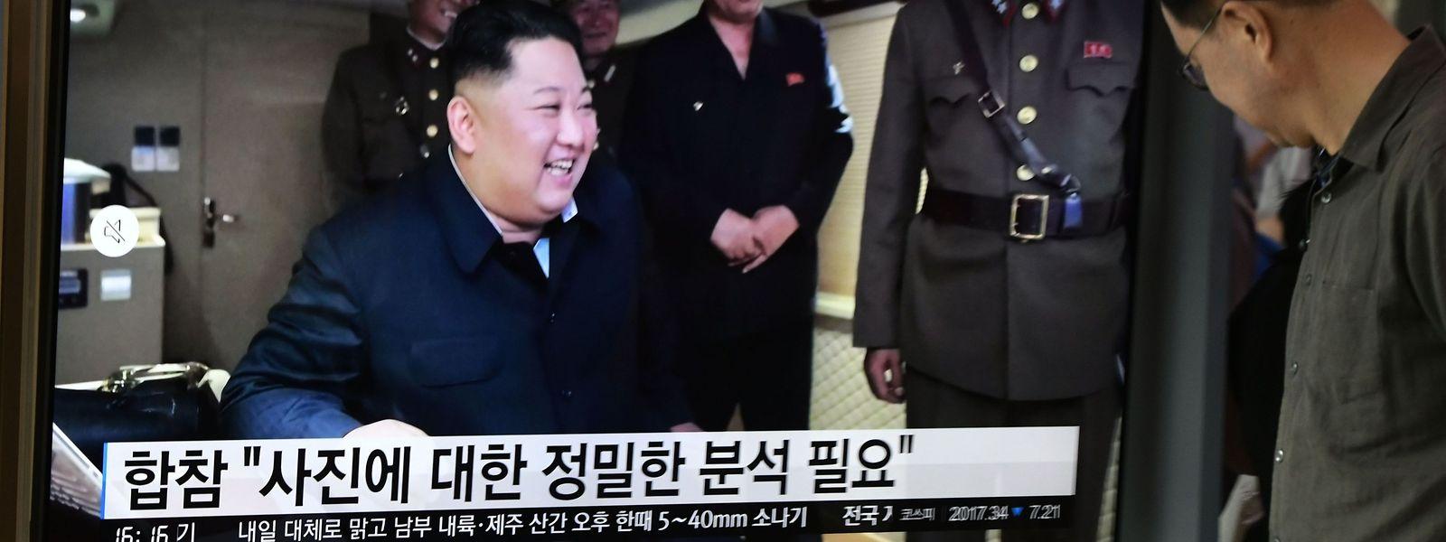 Live-Übertragung an einem Bahnhof in Seoul: Nordkoreas Machthaber Kim Jong-un freut sich über den gelungenen Raketentest.