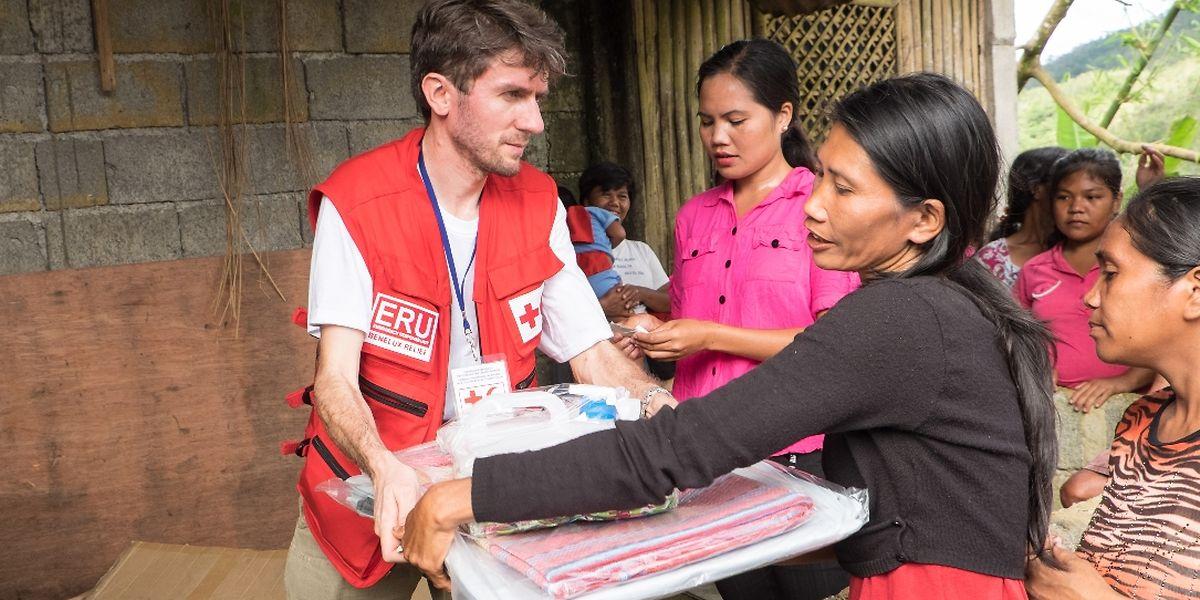 Pierre Grandidier, Freiwilliger eines gemeinsamen Benelux-Teams des Roten Kreuzes, bei der Verteilung von Hilfsgütern auf der Insel Panay.