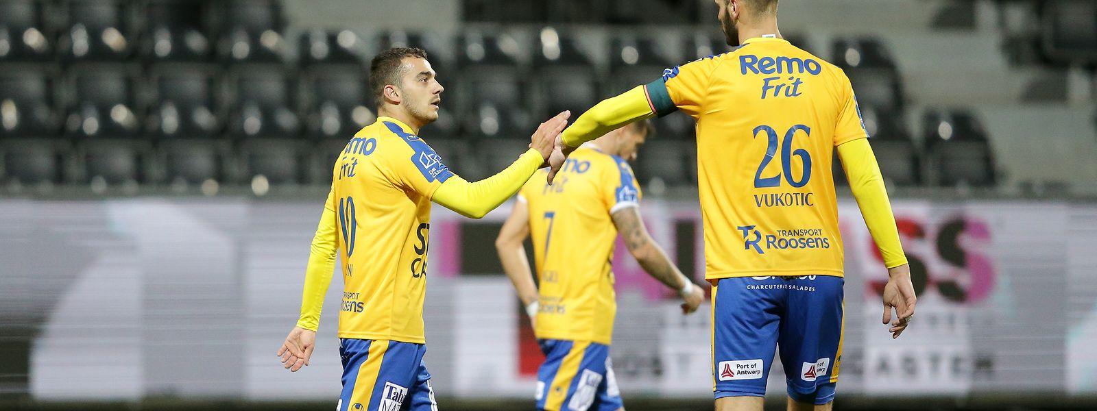Danel Sinani erzielt vier Tore in der ersten belgischen Meisterschaft.