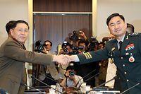 Südkoreas Chefunterhändler Kim Do-gyun (r.) und sein nordkoreanisches Gegenüber An Ik San beim Handschlag nach den Militärgesprächen - die aber offensichtlich eher Symbolcharakter hatten.
