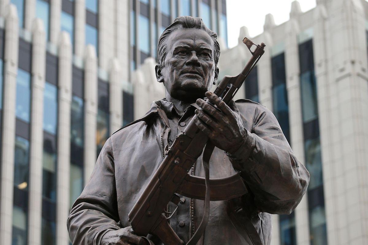 Russland hat dem Waffenbauer Michail Kalaschnikow in Moskau ein Denkmal gesetzt. Die Statue zeigt den Ingenieur mit dem weltweit verwendeten Sturmgewehr AK-47 in der Hand.