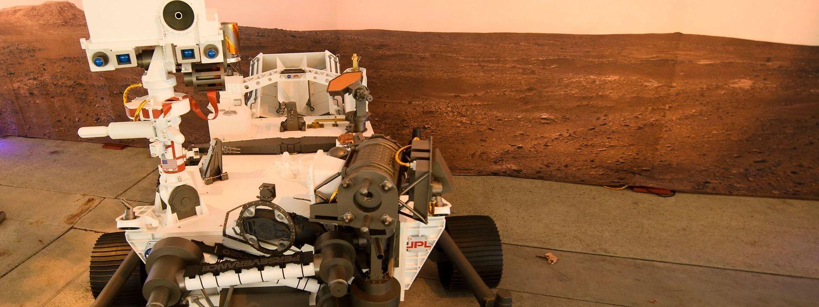 """Ein maßstabsgetreues Modell des Rovers """"Perseverance"""" im Jet Propulsion Laboratory (JPL) der Nasa."""