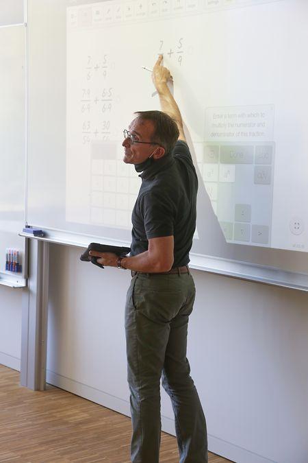 L'enseignant couple l'app, la tablette et le vidéoprojecteur dans le cadre de son cours de mathématiques