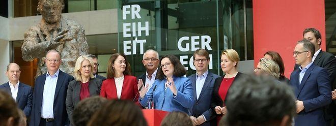 Im Beisein der Mitglieder des Vorstands äußert sich Andrea Nahles (Mitte), Vorsitzende der SPD, nach der Sitzung des SPD-Vorstands bei einer Pressekonferenz im Willy-Brandt-Haus zum Abschluss der Klausurtagung der SPD-Bundesspitze.
