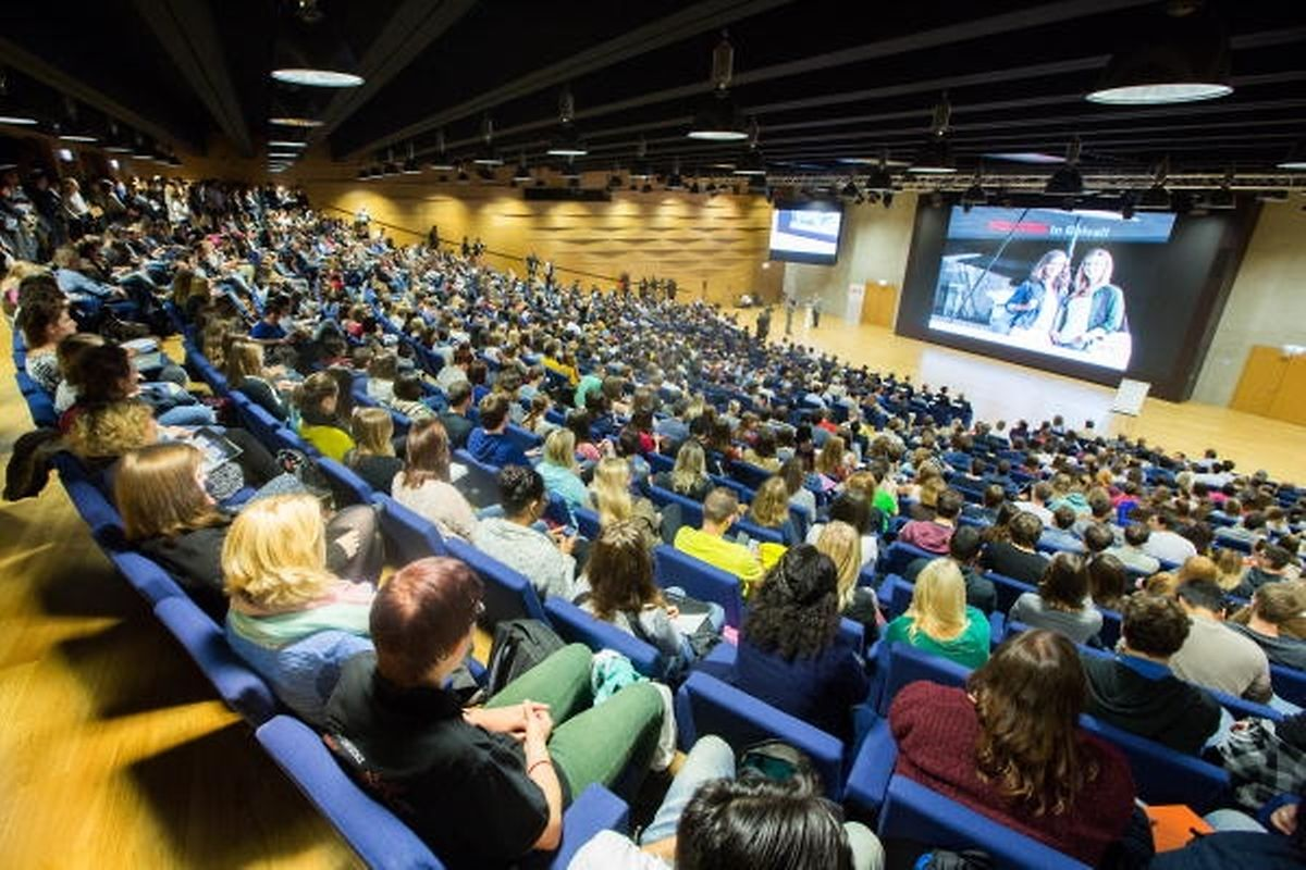 Bei Tagungen wird zunehmend auf eine Einheitssprache verzichtet; jeder Referent kann seine Sprache für den Vortrag auswählen, ob Deutsch, Französisch, Englisch oder Spanisch. Es gibt keine Vorgaben.