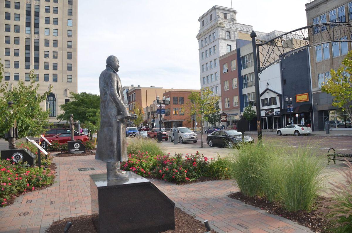 """Wer über die frisch herausgeputzte Saginaw Avenue schlendert, bekommt eine Ahnung des früheren Selbstbewusstseins der """"Vehicle-City"""". Hier steht die Statue William Durants, aus dessen Kutschen-Fabrik """"Durant-Dort Carriage Company"""" Amerikas größter Autobauer """"General Motors"""" hervorging."""