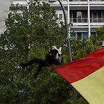 Video. Paraquedista fica preso em candeeiro frente aos reis de Espanha
