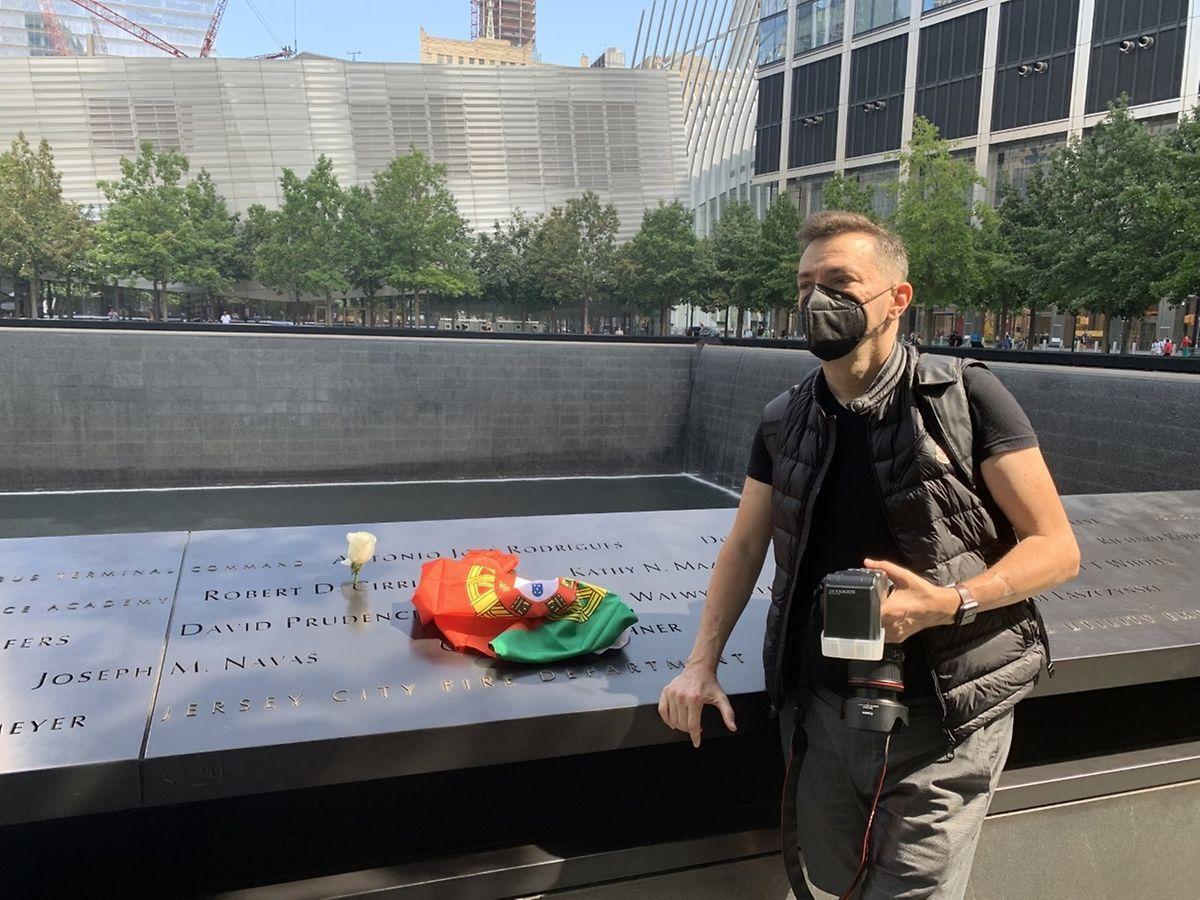 O jornalista Henrique Mano que cobriu os atentados no 9/11 Memorial & Museum, onde colocou a bandeira portuguesa junto ao nome do António Rodrigues, numa homenagem aos portugueses falecidos.