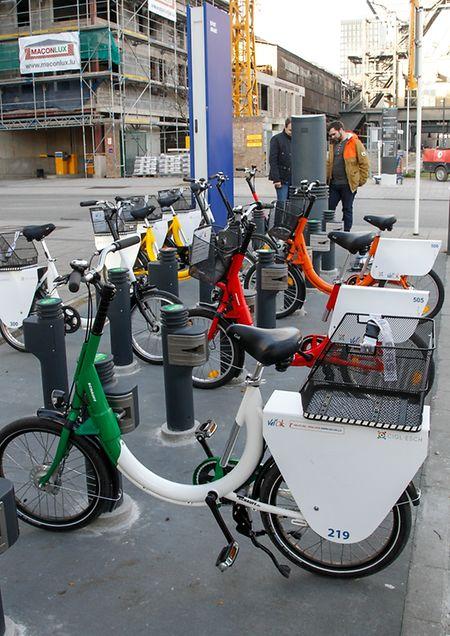 An den Säulen der Stationen, können jeweils sowohl E-Bikes, als auch klassische Räder entnommen und zurückgegeben werden.