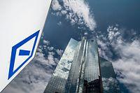 06.07.2019, Hessen, Frankfurt/Main: Die Zentrale der Deutschen Bank spiegelt sich in einer Glasfassade. Am 07.07.2019 kommt der Aufsichtsrat des Kreditinstituts zu einer Sitzung zusammen. Finanzmarktexperten rechnen mit einem radikalen Umbau des Konzerns. Foto: Boris Roessler/dpa +++ dpa-Bildfunk +++