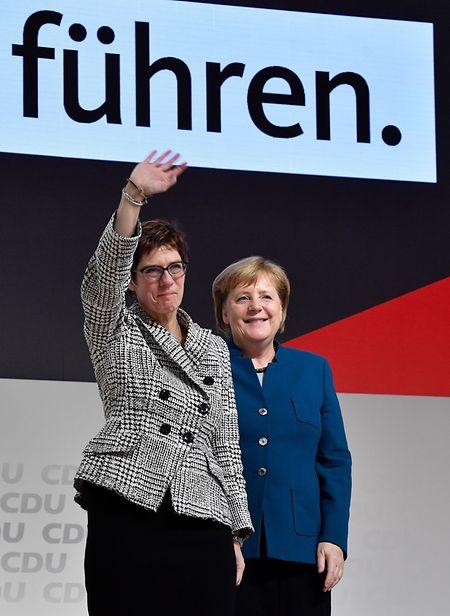 Mit ihrer Vorgängerin Angela Merkel.