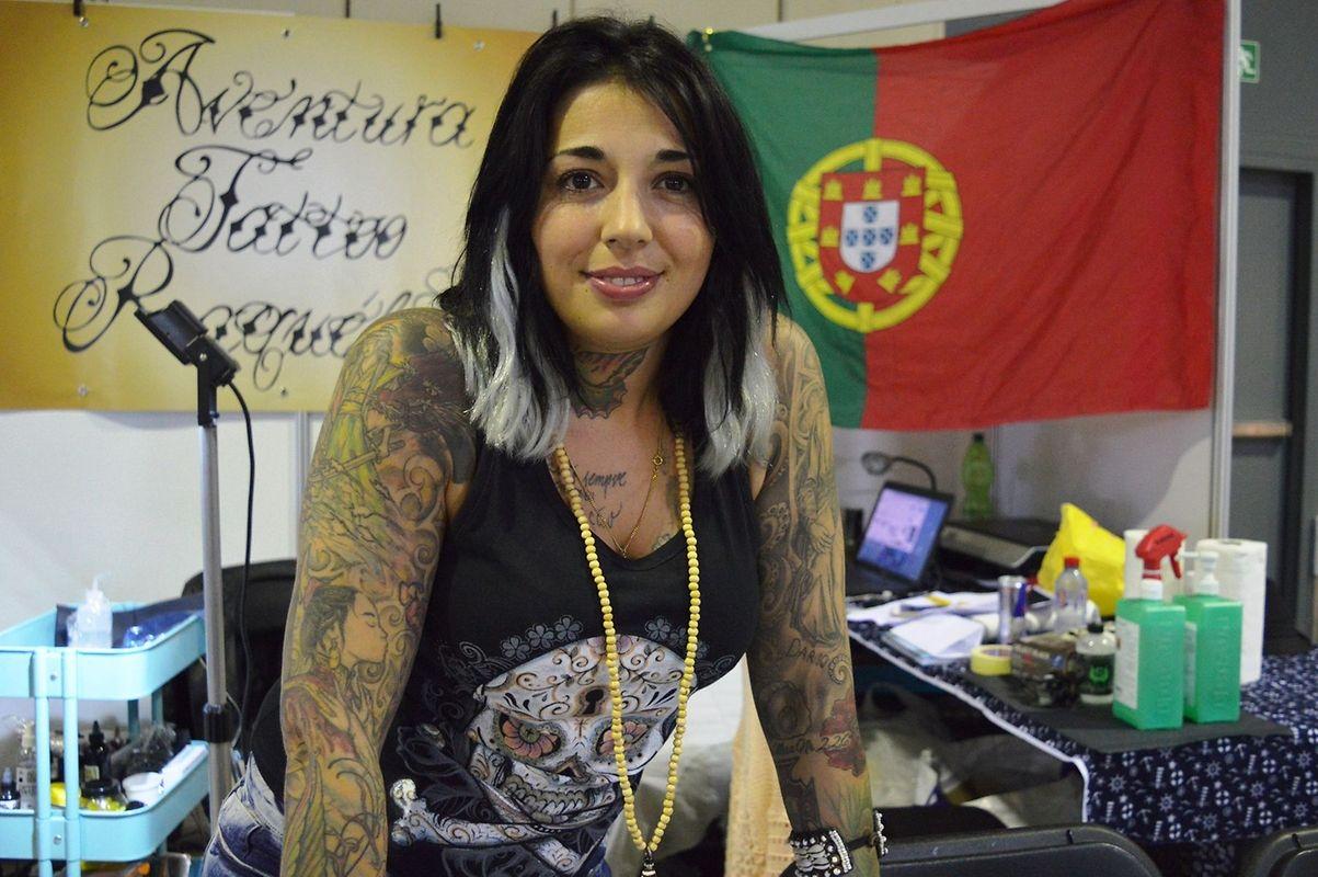 A tatuadora portuguesa radicada na Alemanha, Cláudia Raquel, que veio de Bremen para tatuar no Luxemburgo, durante a convenção.