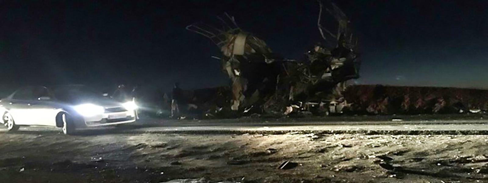 O atentado ocorreu na estrada entre as localidades de Khash e Zahedan, na província de Sistão-Baluchistão, no sudeste do país.