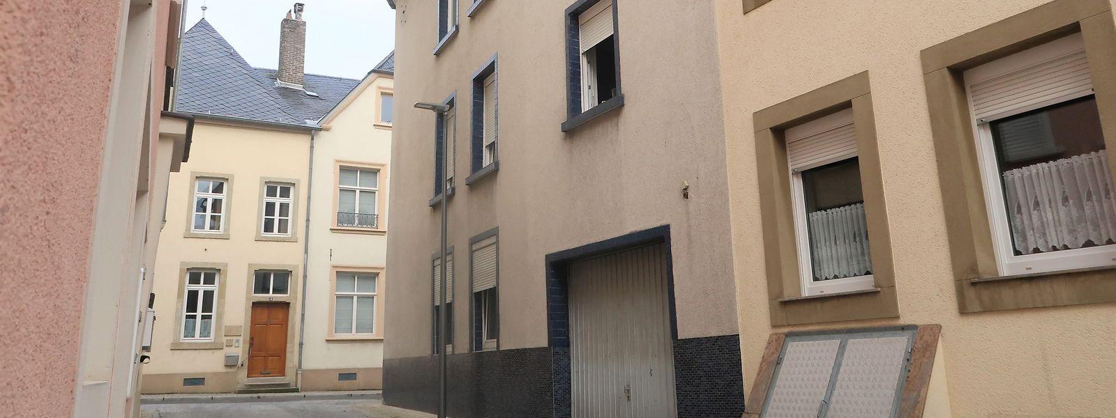 Das betroffene Mehrfamilienhaus (Bildmitte) steht im historischen Ortskern von Grevenmacher.