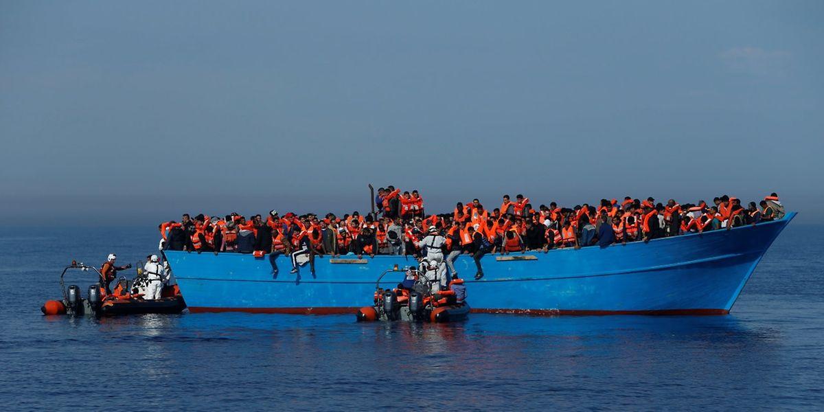 Hunderte Menschen werden gerettet.