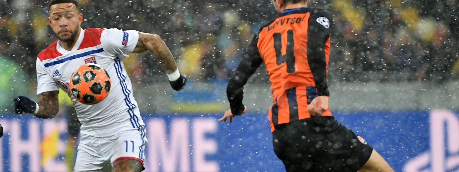 Le Néerlandais de l'Olympique Lyon, Memphis Depay contrôle le ballon devant le défenseur du Shakhtar Donetsk, Serhiy Kryvtsov