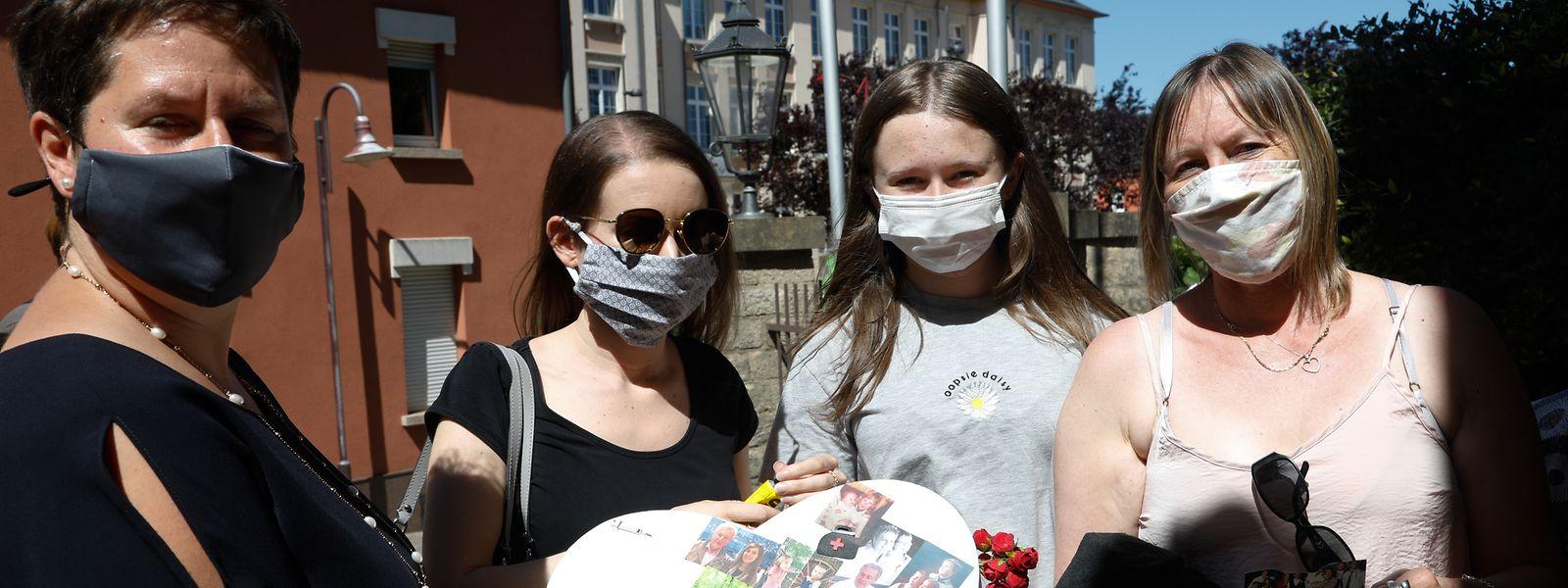 Somine Bleser (l). hatte Eltern vorgeschlagen, ein Bild ihrer Kinder, ehemalige Patienten vom verstorbenen 'Dokter Conter', auf eine Herzform zu kleben. Ein Aufruf, dem manche Eltern nachgekommen sind.