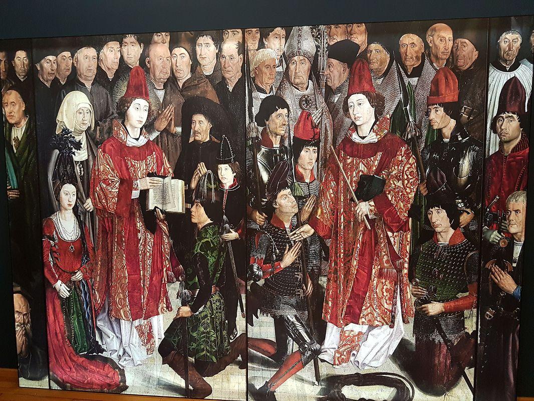 Uma reprodução dos famosos painéis de São Vicente, do pintor Nuno Gonçalves (1470-1480), acolhe os visitantes numa das salas.