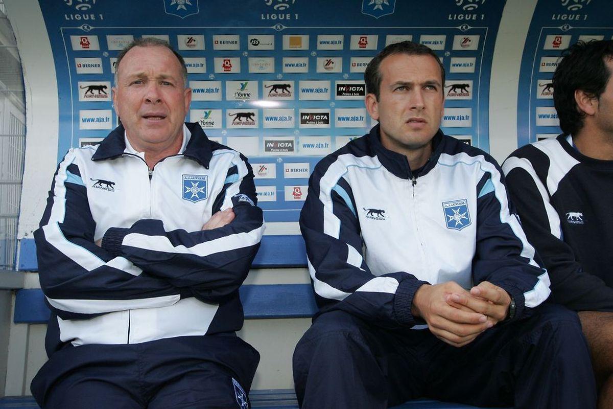 """David Carré, assis à droite de son mentor, Jean Fernandez: """"Il va bien et dévore toujours autant de matches""""."""