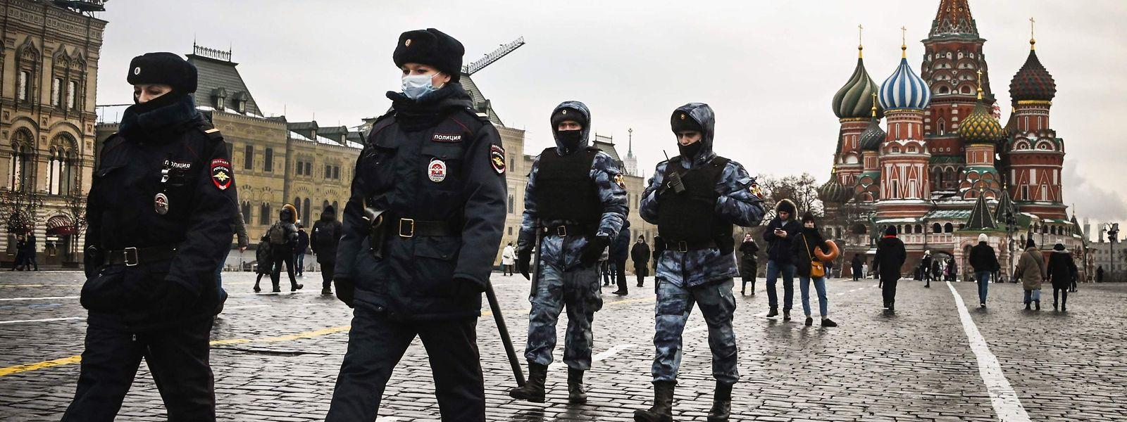 Polizisten und Mitglieder der Nationalgarde am Montag auf dem Roten Platz in Moskau.