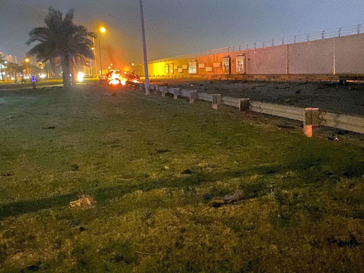 Die Überreste eines von Raketen getroffenen Fahrzeugs vor dem Flughafen von Bagdad.