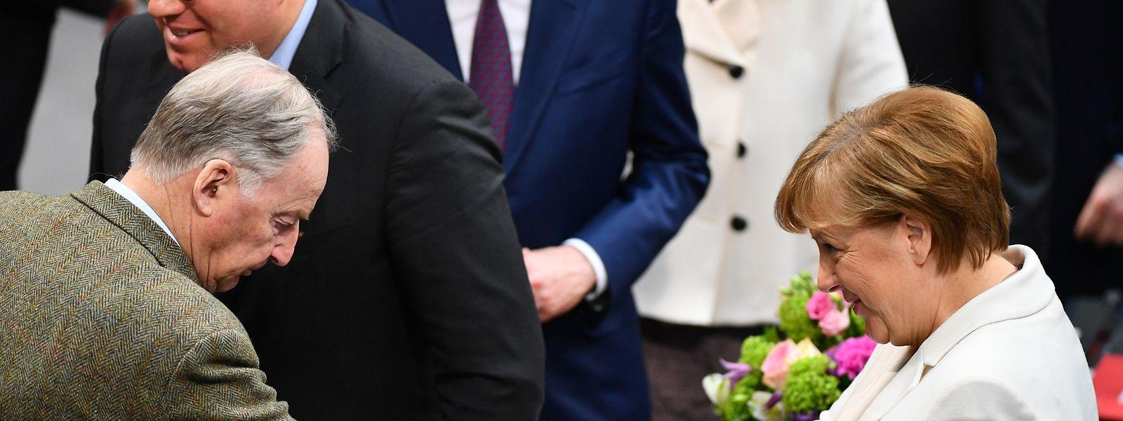 Auch AfD-Bundessprecher Alexander Gauland, der zu den schärfsten Kritikern der Kanzlerin gehört, gratulierte Angela Merkel nach der Wahl zur Bundeskanzlerin.