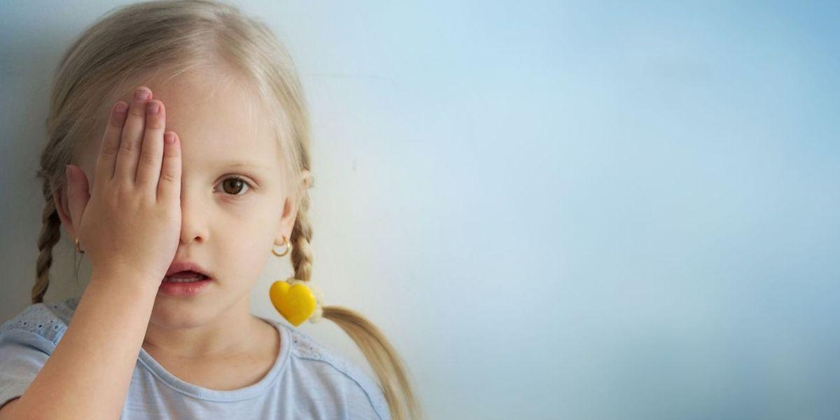 """Bei Kindern, die auf einem Auge weniger gut sehen, wird das """"gute"""" Auge zugeklebt – damit das schwächere Auge stimuliert wird."""
