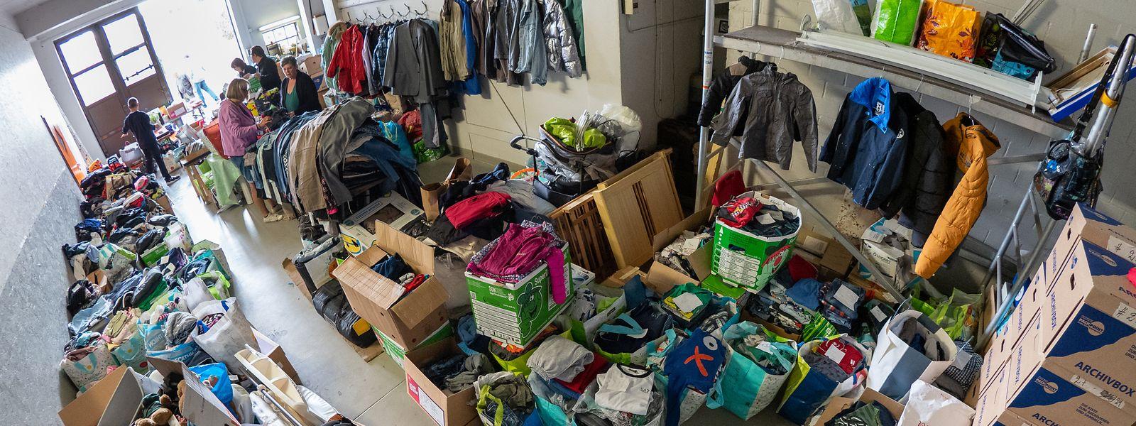 In dieser Garage des Busunternehmens Huberty in Rodange haben die Freiwilligen die Spenden entgegengenommen und sortiert.