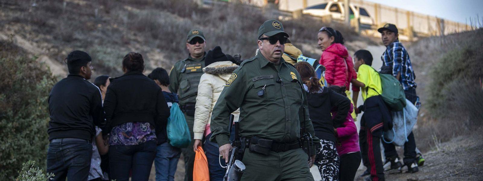 Migranten werden an der US-Grenze festgenommen.