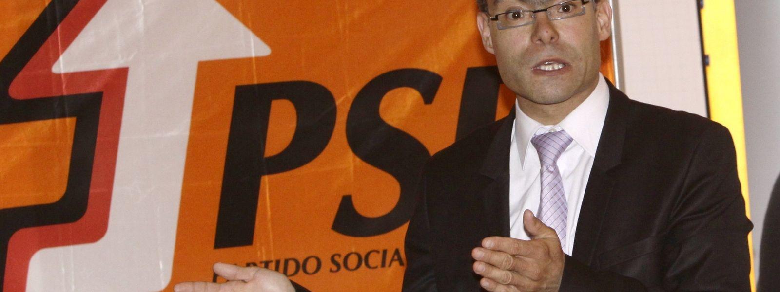 Custódio Portásio alega motivos de saúde para a mudança de residência para Portugal. Esta mudança de residência poderá pôr termo ao seu mandato, de acordo com a lei do Conselho das Comunidades.