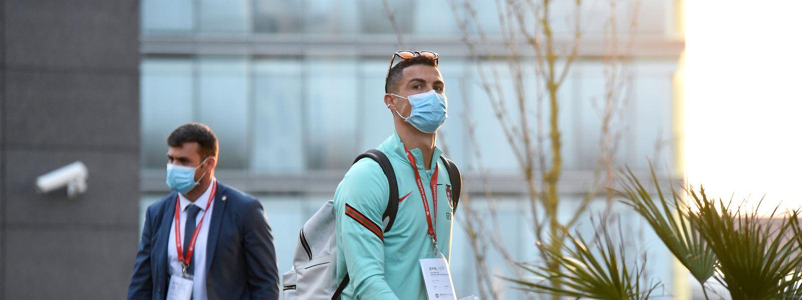 Cristiano Ronaldo à chegada ao hotel, em Kirchberg, na capital, este domingo à tarde.