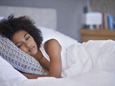 Pour un sommeil récupérateur, il est conseillé de trouver la juste mesure entre un matelas trop dur et un couchage trop moelleux.