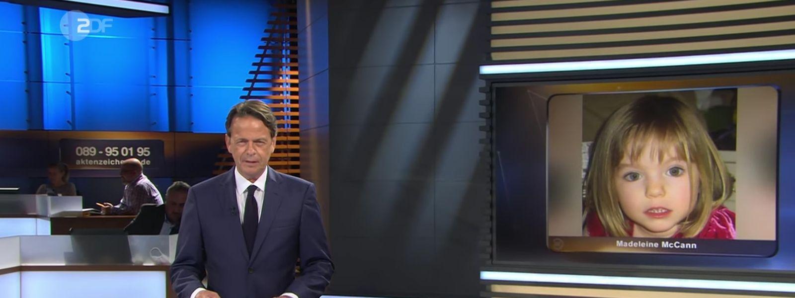 """Das Standbild aus der ZDF-Sendung """"Aktenzeichen XY... ungelöst"""" vom 01.07.2020 zeigt Moderator Rudi Cerne vor einem Bild des vor 13 Jahren verschwundenen Mädchens Maddie McCann."""