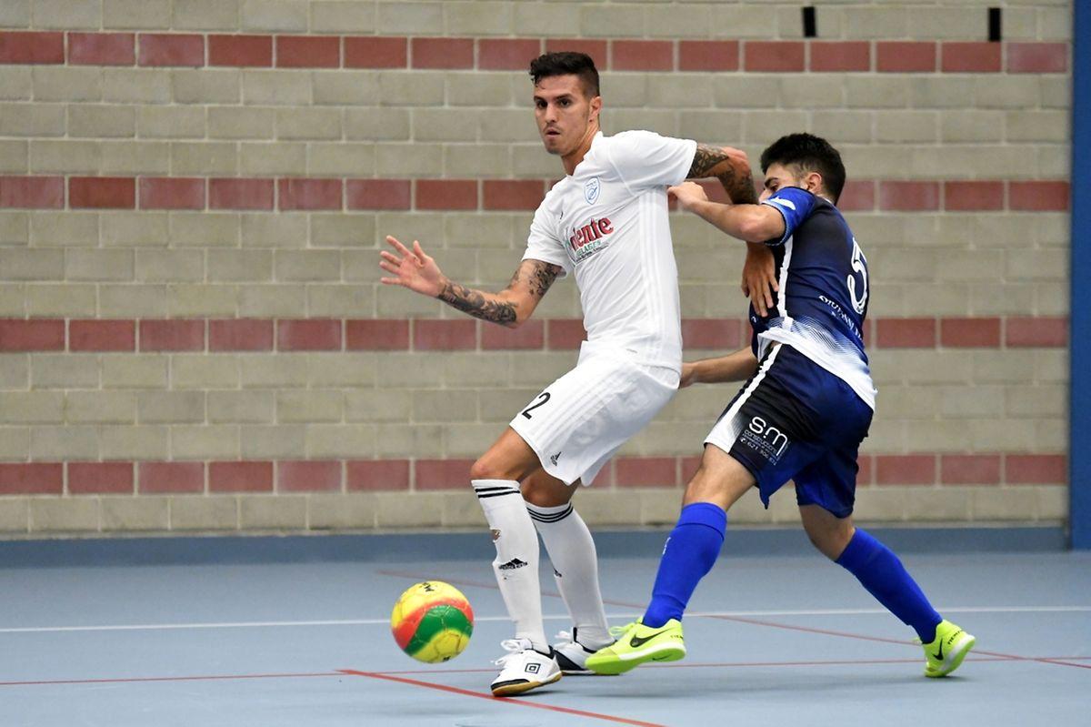 Dylan Vasconcelos (en bleu, Futsal US Esch) et Ramiro Valente (Racing FC Union Luxembourg).
