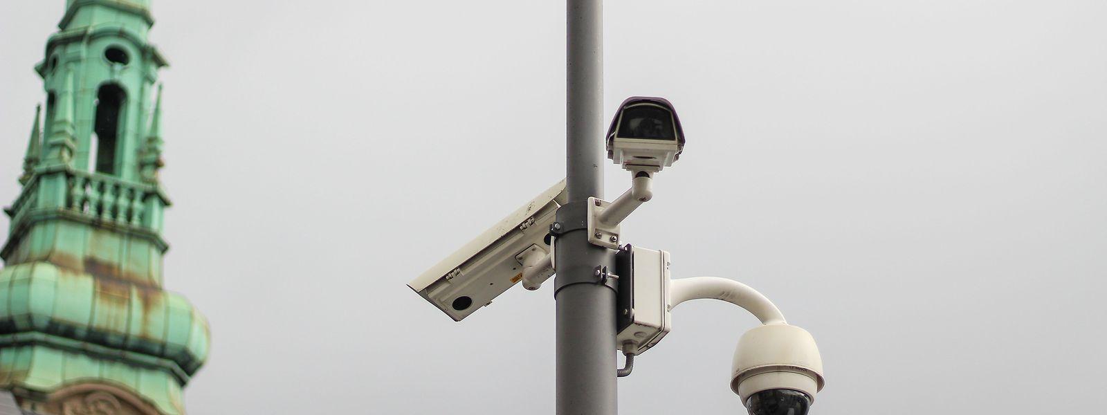 Kritiker der verschärften Anti-Terror-Gesetzgebung beklagen, dass die Grund- und Freiheitsrechte der Bürger eingeschränkt und die staatlichen Überwachungsbefugnisse ausgebaut werden.