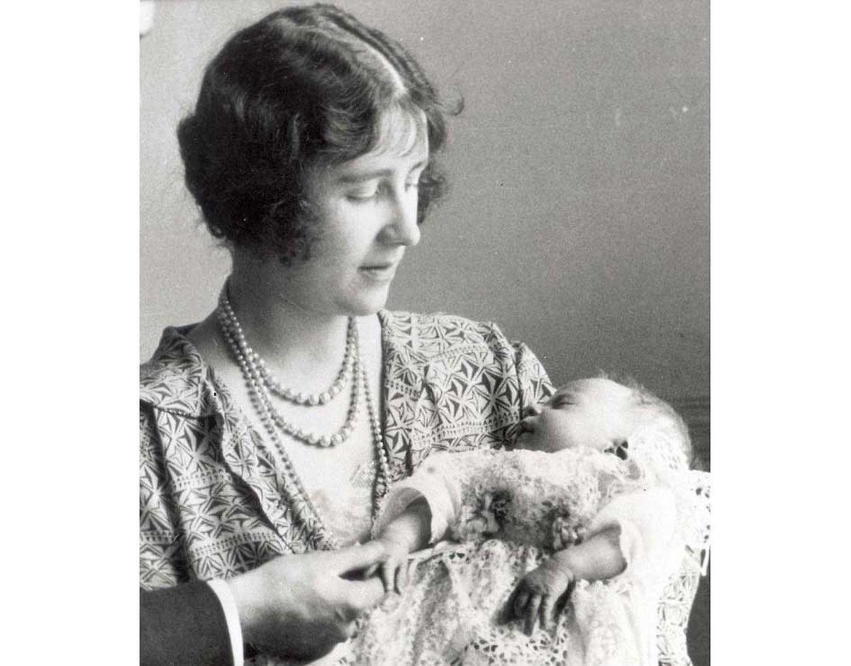 Elizabeth (die spätere Queen Mum) hält ihr neugeborenes Baby im Arm. Kaum jemand hätte der Prinzessin 1926 Chancen auf den Thron eingeräumt.