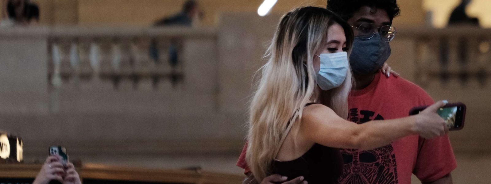 Besucher im New Yorker Grand Central Terminal: Die US-Gesundheitsbehörde CDC empfiehlt auch vollständig gegen das Corona-Virus geimpften Personen, in Innenräumen Masken zu tragen.