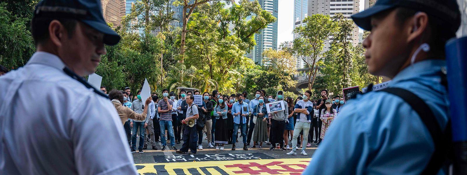 Unmiitelbar nach den Ankündigüngen aus Peking gingen in Hongkong wieder Tausende auf die Straße - trotz Protestverbot.